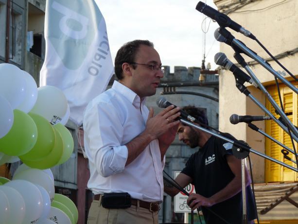 El alcalde del Municipio B Carlos Varela