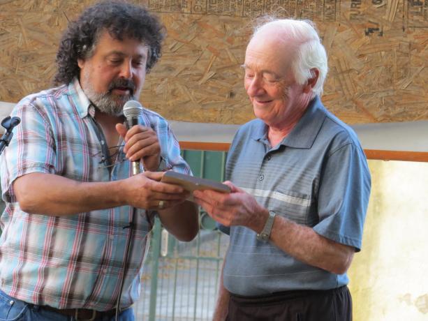 Docente de Bellas Artes recibe plaqueta - Foto: cortesía Municipio G