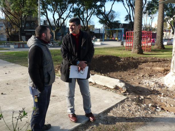 Pablo Díaz, integrante de Comisión de Vecinos Plaza de Las Misiones, con Miguel Pereira, coord. de la Unidad de Participación de la IM