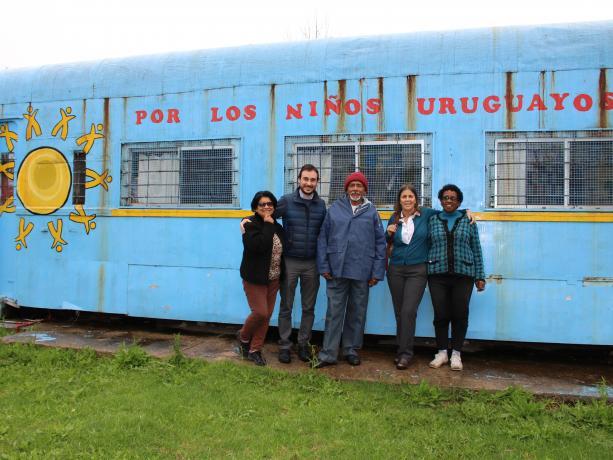 """Integrantes de la ONG """"Por Los Niños Uruguayos"""" junto a integrantes de la ONG """"Las Violetas"""" y un vecino del barrio"""
