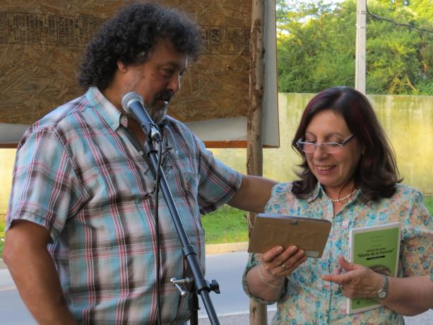 Intendenta recibe plaqueta - Foto cortesía Municipio G