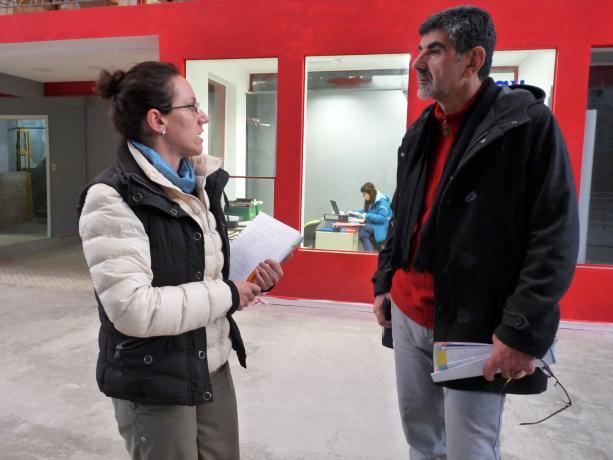 Eileen Toyos, coord. de Fundación La Muralla, con Miguel Pereira, coord. de la Unidad de Participación de la IM.