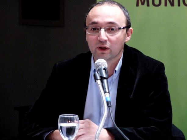 Alcalde del Municipio B, Carlos Varela