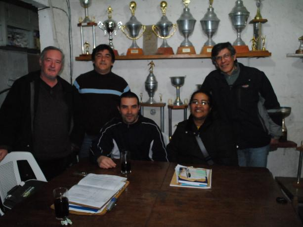 Julio César Gretter (izquierda) y Comisión Directiva de Uruguay Buceo