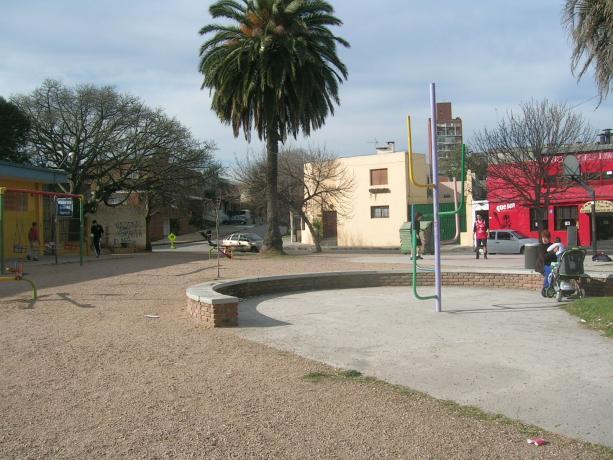 Espacio público frente a Mercadito Municipal