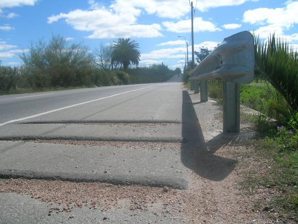 Senda peatonal en Cno Tomkinson y Las Pitas