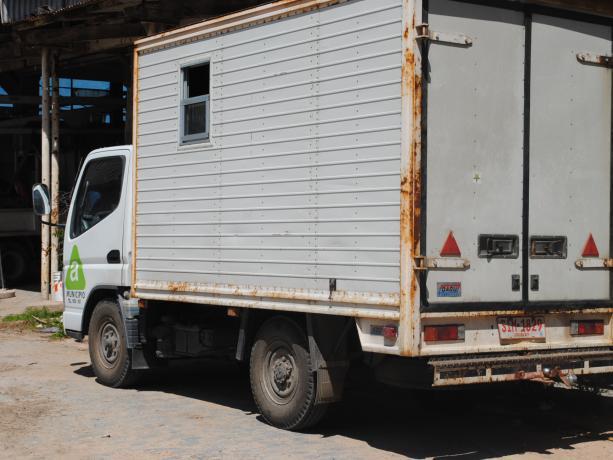 Camión cerrado para traslado de policlínica móvil