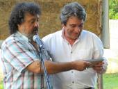 Alcalde recibe plaqueta - Foto cortesía Municipio G